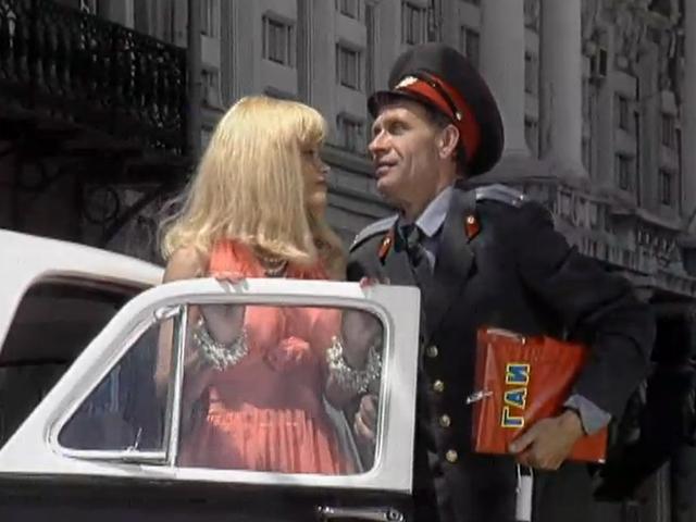 Возможно ли обучить блондинку управлять транспортным средством? Видео